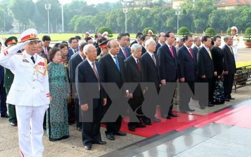 Leiter der Partei und des Staates besuchen das Ho Chi Minh Mausoleum - ảnh 1