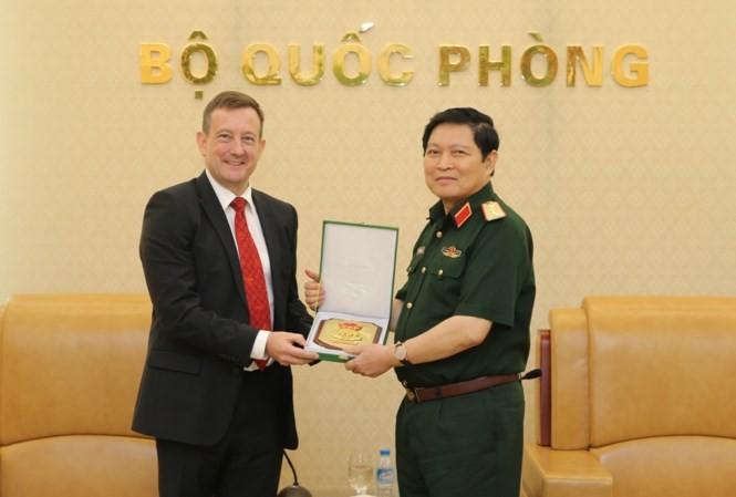 General Ngo Xuan Lich empfängt den französischen Botschafter Bertrand Lortholary - ảnh 1
