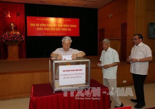 Leiter der Partei, Regierung und des Parlaments spenden für Opfer des Taifuns Doksuri - ảnh 1