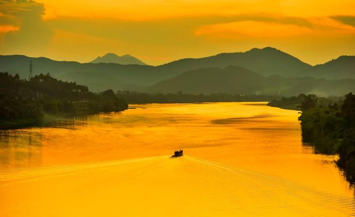 Wunderschöne Fotos über die Kaiserstadt Hue, am Tag und in der Nacht - ảnh 3