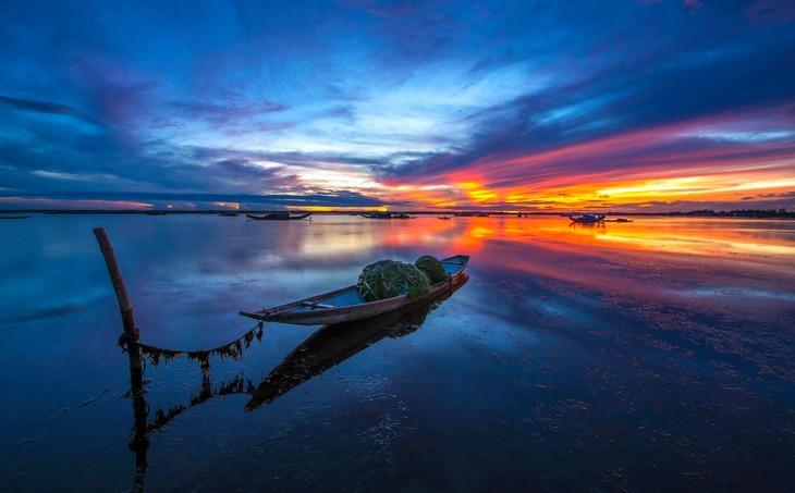 Wunderschöne Fotos über die Kaiserstadt Hue, am Tag und in der Nacht - ảnh 6