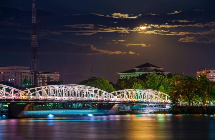 Wunderschöne Fotos über die Kaiserstadt Hue, am Tag und in der Nacht - ảnh 7