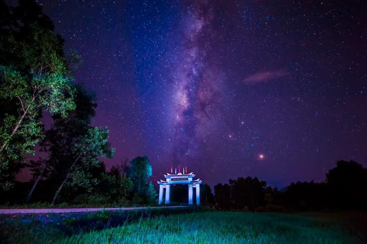 Wunderschöne Fotos über die Kaiserstadt Hue, am Tag und in der Nacht - ảnh 18