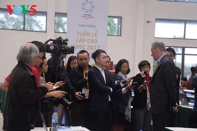 Arbeitsstimmung der Journalisten im internationalen APEC-Pressezentrum - ảnh 10