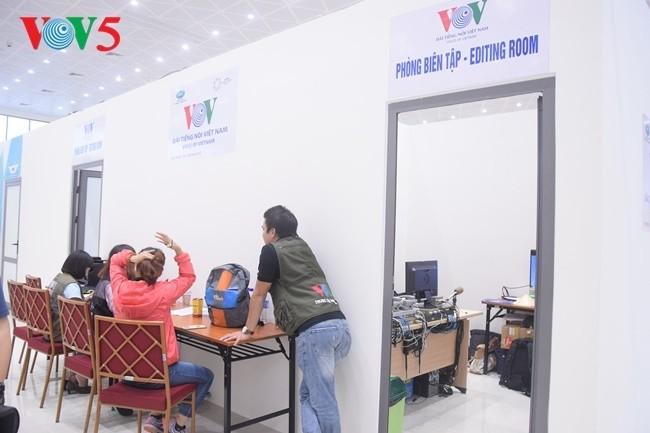 Arbeitsstimmung der Journalisten im internationalen APEC-Pressezentrum - ảnh 14