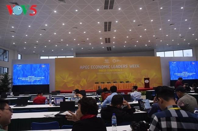 Arbeitsstimmung der Journalisten im internationalen APEC-Pressezentrum - ảnh 16