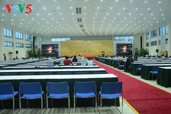 Arbeitsstimmung der Journalisten im internationalen APEC-Pressezentrum - ảnh 5