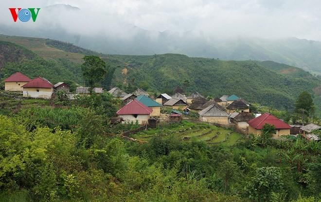 Độc đáo nhà mái cỏ trên núi Kin Chu Phìn - ảnh 1