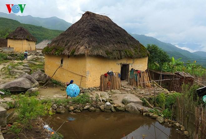 Độc đáo nhà mái cỏ trên núi Kin Chu Phìn - ảnh 2