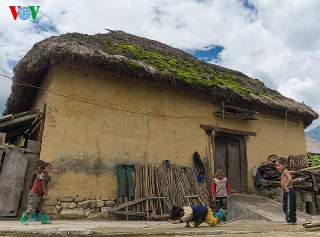 Độc đáo nhà mái cỏ trên núi Kin Chu Phìn - ảnh 3