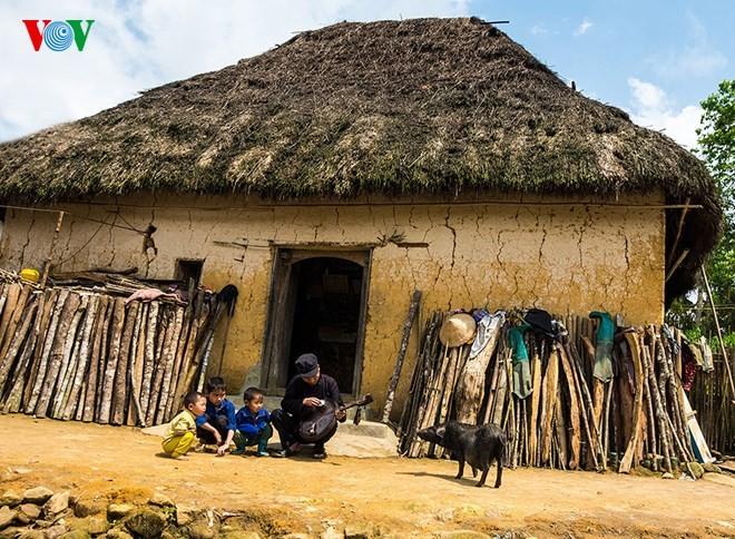 Độc đáo nhà mái cỏ trên núi Kin Chu Phìn - ảnh 5