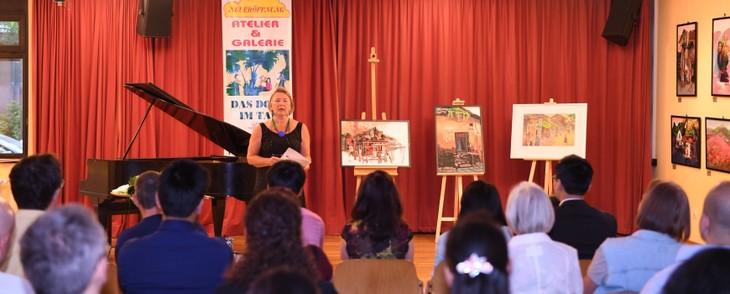 Bà Lisa Popp, đại diện Trung tâm Văn hóa khu Bruck, khai mạc triển lãm… - Ảnh: Hoàng Long (Erlange)