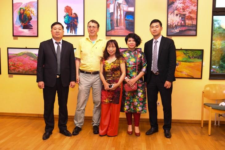 """""""Bản làng trong thung lũng """" triển lãm tranh của hai nữ họa sĩ Việt tại Đức - ảnh 5"""