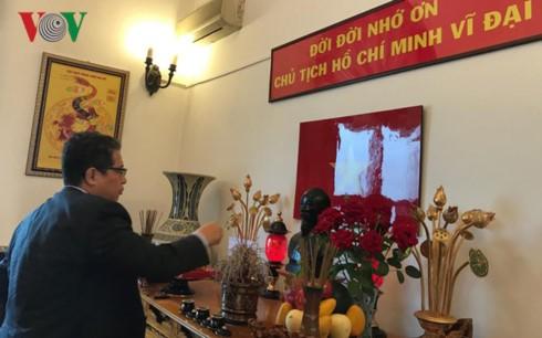 Đại sứ quán Việt Nam tại Trung Quốc kỷ niệm 127 năm ngày sinh nhật Bác - ảnh 1