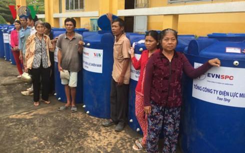 VOV và EVNSPC trao tặng 100 bồn nước cho hộ nghèo ở tỉnh Long An - ảnh 2
