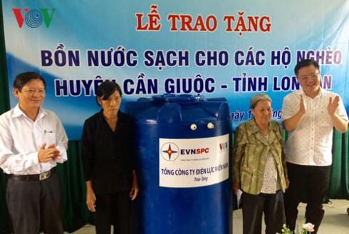 VOV và EVNSPC trao tặng 100 bồn nước cho hộ nghèo ở tỉnh Long An - ảnh 1