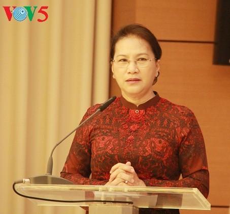 Trao Huy hiệu 40 năm tuổi Đảng cho Nguyên chủ tịch Quốc hội Nguyễn Sinh Hùng - ảnh 1