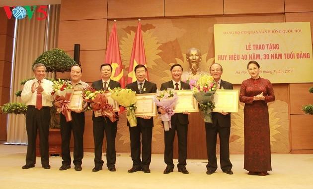 Trao Huy hiệu 40 năm tuổi Đảng cho Nguyên chủ tịch Quốc hội Nguyễn Sinh Hùng - ảnh 2