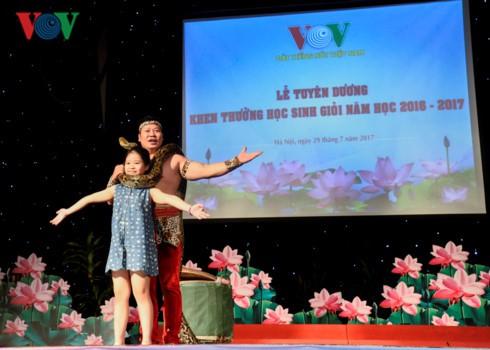 Khen thưởng 1.439 học sinh giỏi là con em cán bộ, nhân viên VOV - ảnh 8