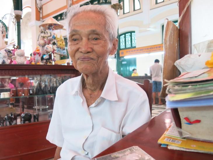 Ông lão giữ nghề xưa cũ ở Bưu điện Trung tâm Sài Gòn - ảnh 1
