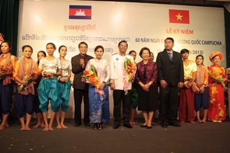 Vietnam beglückwünscht Kambodscha zum 60. Nationalfeiertag - ảnh 1