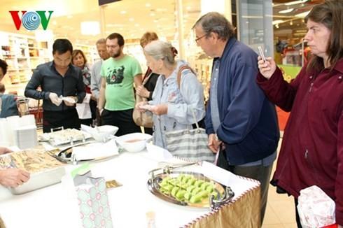 Die vietnamesische Gemeinschaft beteiligt sich am ersten Multikulturfest in Tschechien  - ảnh 1