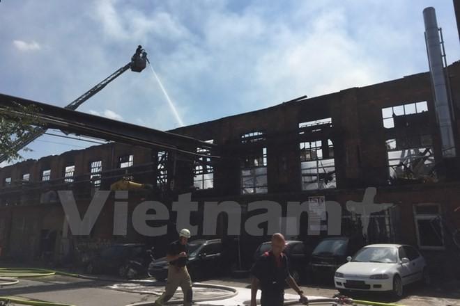 Großbrannd zerstört Lagerhalle und Autowerkstatt der Vietnamesen in Lichtenberg - ảnh 1