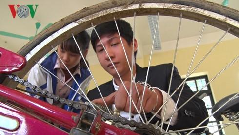 Mit dem Projekt für Leihfahrräder geht ein Traum der bedürftigen Schüler in Erfüllung - ảnh 3