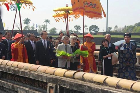 Der japanische Kaiser Akihito und Kaiserin Michiko besuchen den Kaiserpalast in Hue - ảnh 1