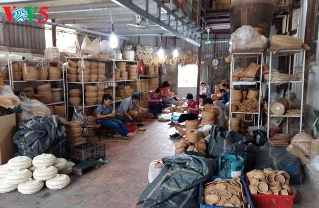 Einzigartigkeit des Bambus- und Rattanflechtens im Dorf Phu Vinh - ảnh 1