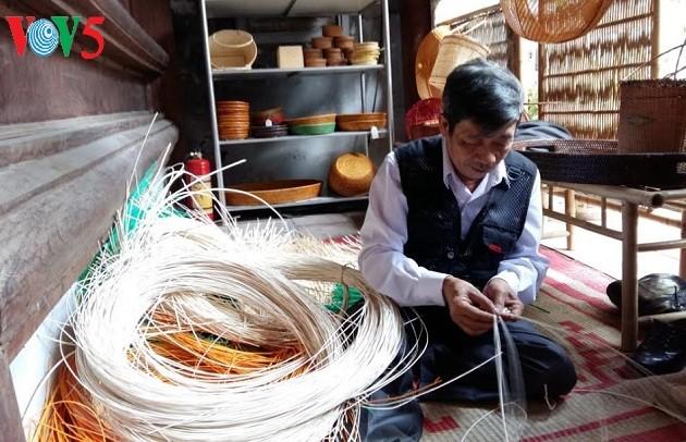 Einzigartigkeit des Bambus- und Rattanflechtens im Dorf Phu Vinh - ảnh 2