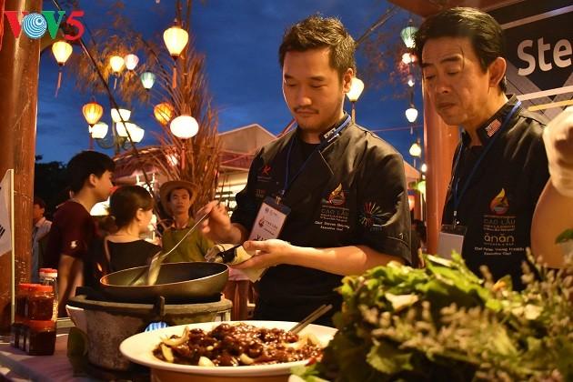 Cao Lau-Nudel und die künstlerische Zubereitung durch ausländische Köche  - ảnh 1