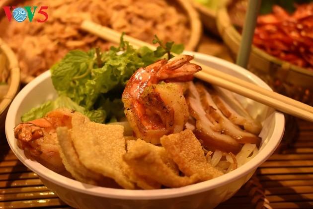 Cao Lau-Nudel und die künstlerische Zubereitung durch ausländische Köche  - ảnh 2