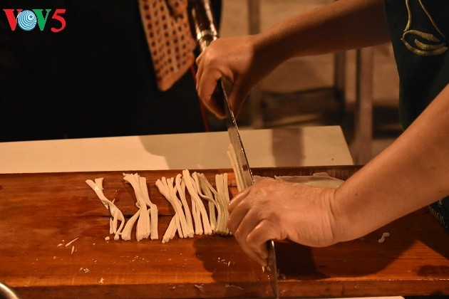 Cao Lau-Nudel und die künstlerische Zubereitung durch ausländische Köche  - ảnh 3