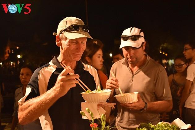 Cao Lau-Nudel und die künstlerische Zubereitung durch ausländische Köche  - ảnh 4