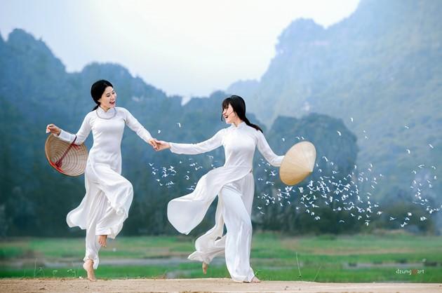 Die reine Schönheit der vietnamesischen Frauen mit dem nationalen Tracht in Fotos von Dzungart - ảnh 5