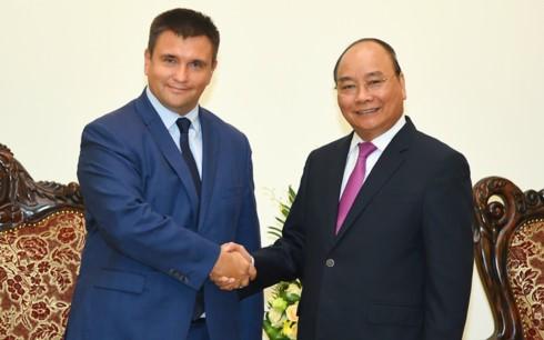 Premierminister Nguyen Xuan Phuc empfängt die Außenminister aus der Ukraine und Südafrika - ảnh 1