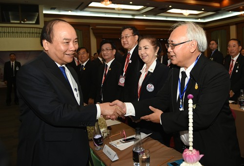 Nguyen Xuan Phuc rencontre des hommes d'affaires vietnamiens en Thaïlande - ảnh 1
