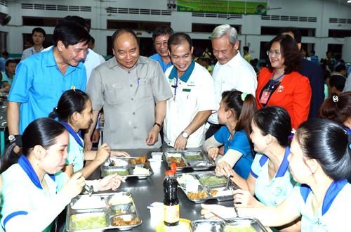 Le Premier ministre dialogue avec des ouvriers de Dong Nai - ảnh 1