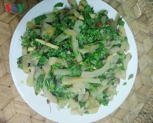 De la peau de buffle fermentée, une spécialité culinaire de Thaï de Son La - ảnh 1