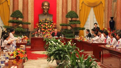 ประธานประเทศเวียดนามพบปะกับเด็กดีเด่นที่มีฐานะยากจนแต่มีผลการเรียนดี  - ảnh 1