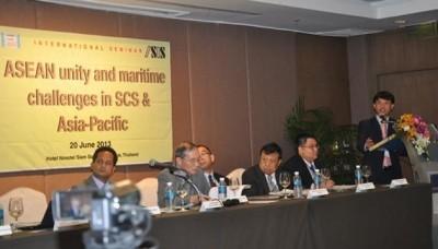 การสัมมนาเกี่ยวกับความสามัคคีในกลุ่มอาเซียนและความท้าทายในการเดินเรือในทะเลตะวันออก - ảnh 1