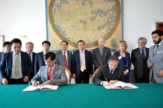 เวียดนามและอิตาลีลงนามในข้อตกลงความร่วมมือด้านการขนส่งทางอากาศ - ảnh 1
