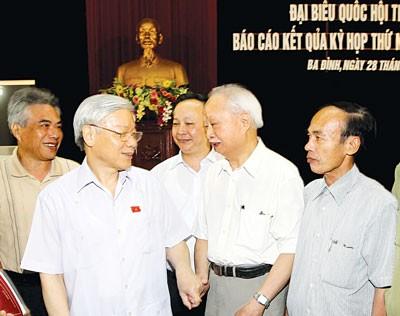 ท่าน เหงวียนฟู้จ่องเลขาธิการใหญ่พรรคคอมมิวนิสต์เวียดนาม ลงพื้นที่พบปะกับผู้มีสิทธิ์เลือกตั้งเขตบาดิ่งกรุงฮานอย - ảnh 1