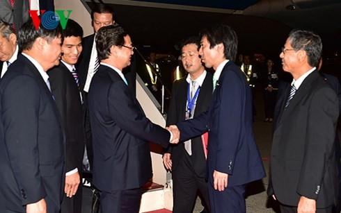 นายกรัฐมนตรี เหงวียนเติ๊นหยุง เดินทางถึงกรุงโตเกียว ประเทศญี่ปุ่น - ảnh 1