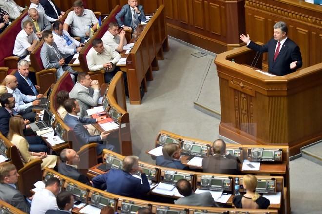 รัฐสภายูเครนอนุมัติร่างรัฐบัญญัติเพิ่มสิทธิปกครองตนเองให้แก่ภาคตะวันออก - ảnh 1