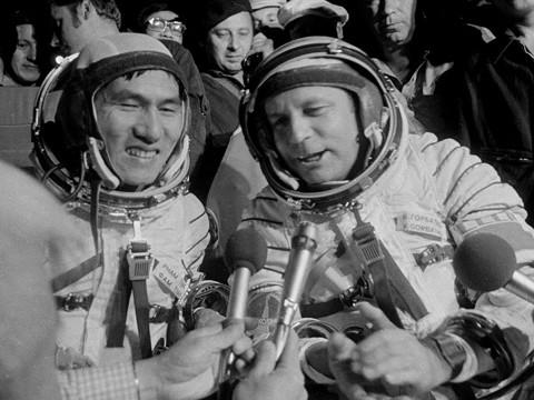 การพบปะสังสรรค์กับนักบินอวกาศเวียดนามและรัสเซีย - ảnh 1