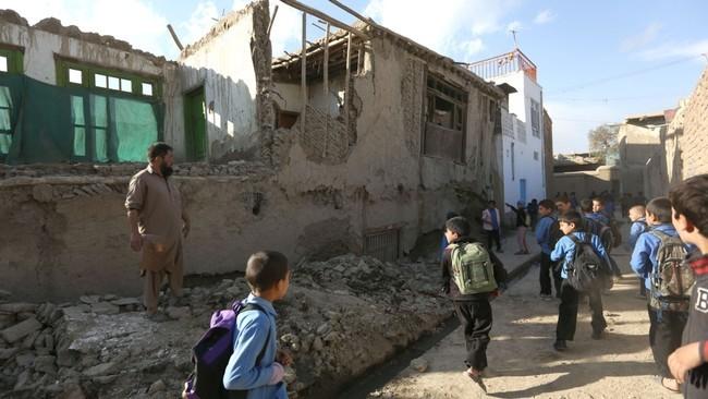 จำนวนผู้เสียชีวิตจากเหตุแผ่นดินไหวในเอเชียใต้เพิ่มขึ้นเป็นเกือบ 400 คน - ảnh 1