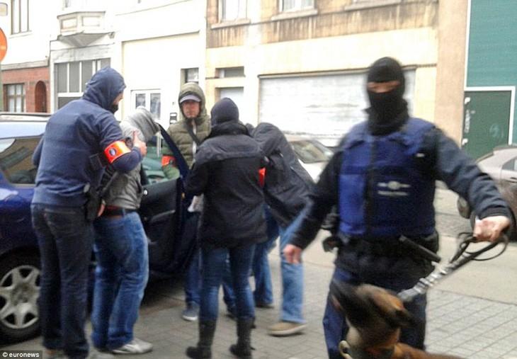 เบลเยี่ยมจับกุมตัวผู้ต้องสงสัยก่อเหตุโจมตีพร้อมกันหลายจุดในกรุงปารีส - ảnh 1