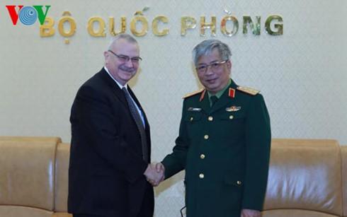 เวียดนามและสหรัฐกระชับความร่วมมือด้านอุตสาหกรรมกลาโหม - ảnh 1